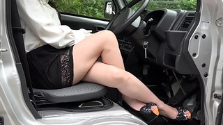 Pedal pumping Dampen the truck'_s accelerator with high heels and bare feet