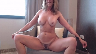 Milf Shakes and Twerks Ass On Cam