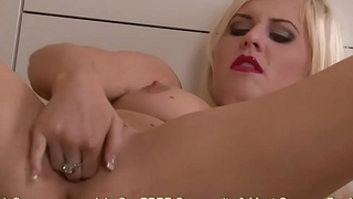 Andreya Diamond Jams 4 Fingers Inside Her Pussy
