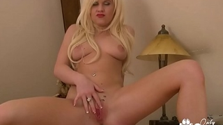 Andreya Diamond Puts 2 Fingers Inside Her Perfect Pussy